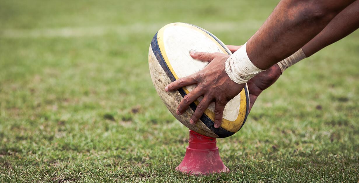 giocatore mette la palla sul dischetto del rugby