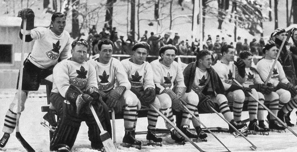 una foto antica di una squadra di hockey su ghiaccio