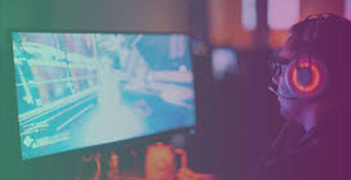 giocatore davanti allo schermo